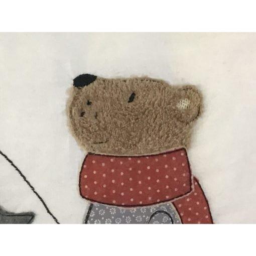 Ein herbstlicher Kissenbezug mit aufgesticktem Bär und Laterne.